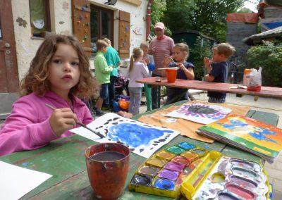 Kinder beim Malen mit Wasserfarbe