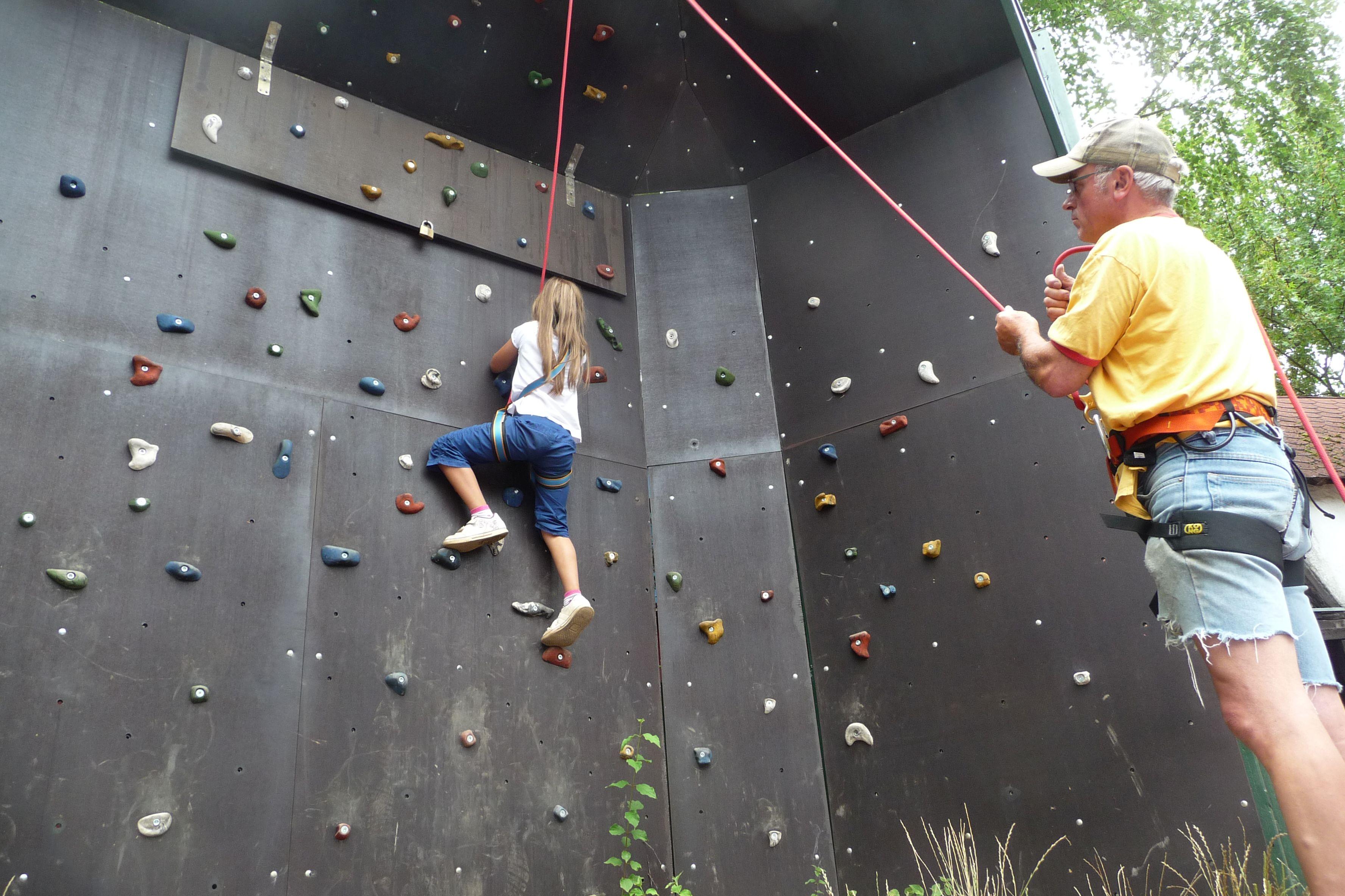Mädchen klettert an der Kletterwand