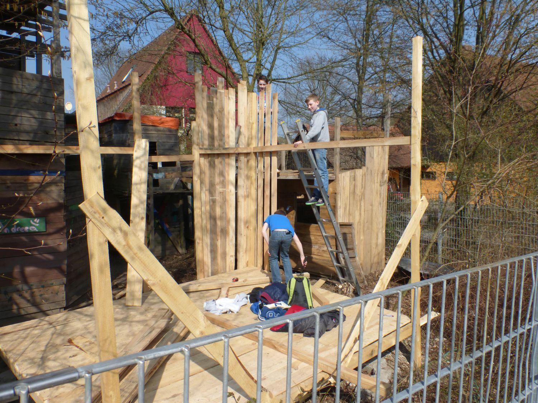 Kinder bauen sich eine Hütte