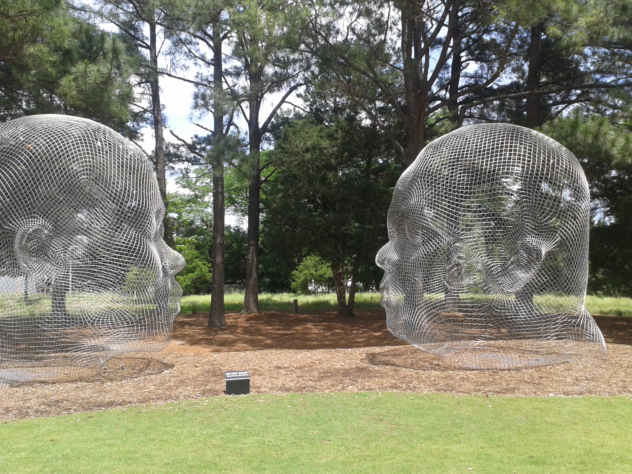Kunstwerk: Drahtköpfe in einem Park
