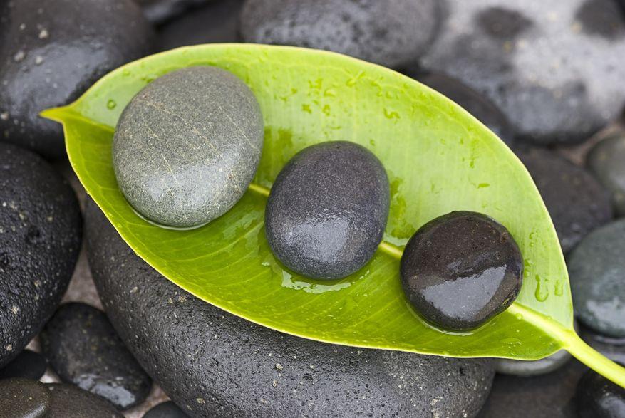 Steine auf grünem Blatt