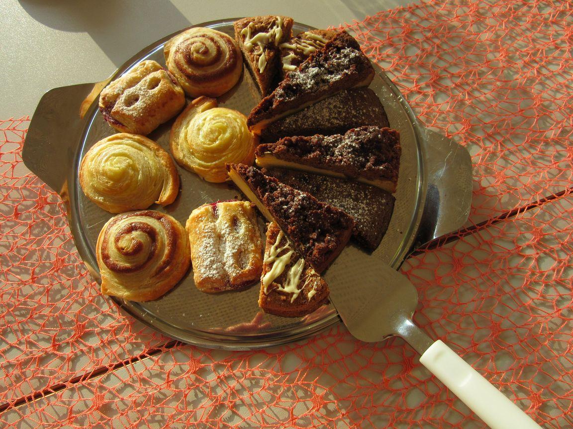 Gedeck mit selbstgemachtem Kuchen