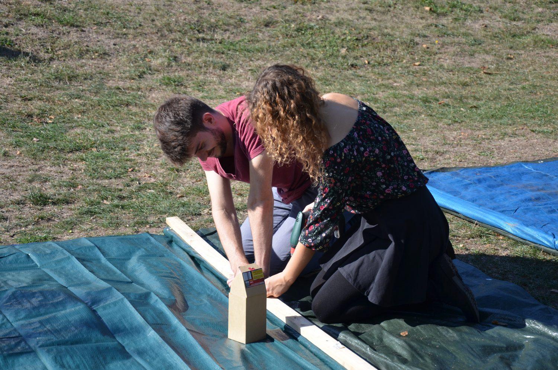 Zwei Brucker bauen ein Hochbeet für den Gemeinschaftsgarten