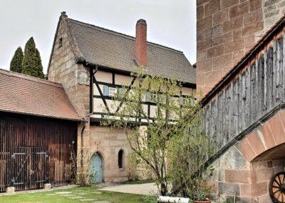 Horst Lenk - Innenhof - Kirche St. Peter und Paul