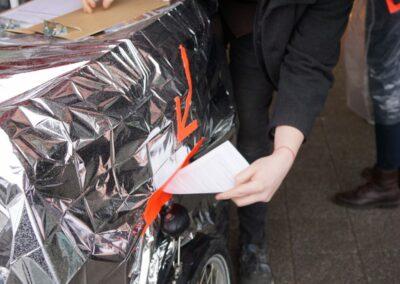 Eine Wünschpoetskarte wird in den selbstgebastelten Briefkasten geworfen