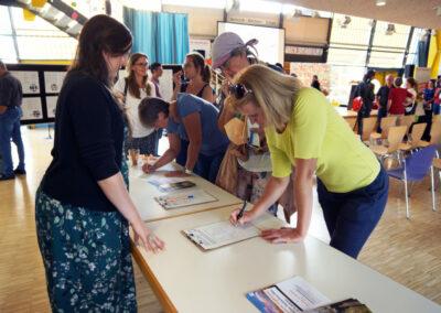 Bürgerinnen beim Einschreiben für die Baufamilie