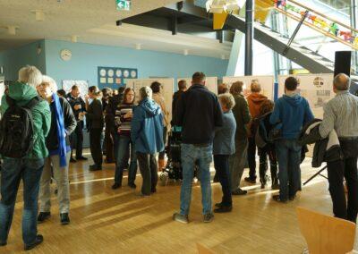 Bürgerinnen und Bürger betrachten die Planskizzen an Stellwänden.