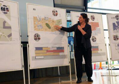 Architektin Barbara Rößner erläutert Planskizzen der einzelnen Geschoße an Stellwänden