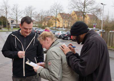 Engagierte Bürger füllen die Wünschepostkarte aus