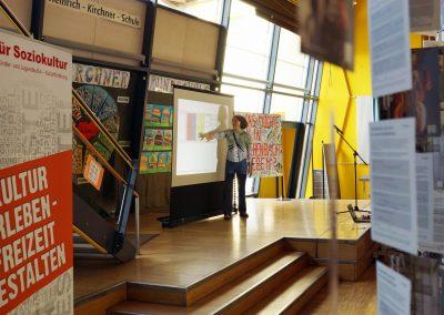Susanne Hoffman von den Baupiloten zeigt auf einer projezierten Grafik die Vorgehensweise auf