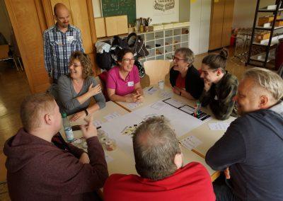 Bürgerinnen im engagierten und fröhlichen Austausch in der Runde