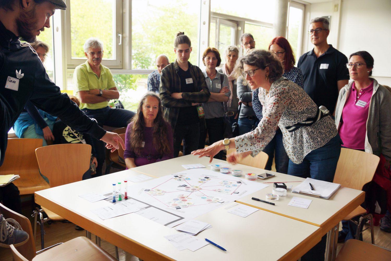 Susanne Hofmann von den Baupiloten lässt sich die Visionen zum Stadtteilhaus erklären