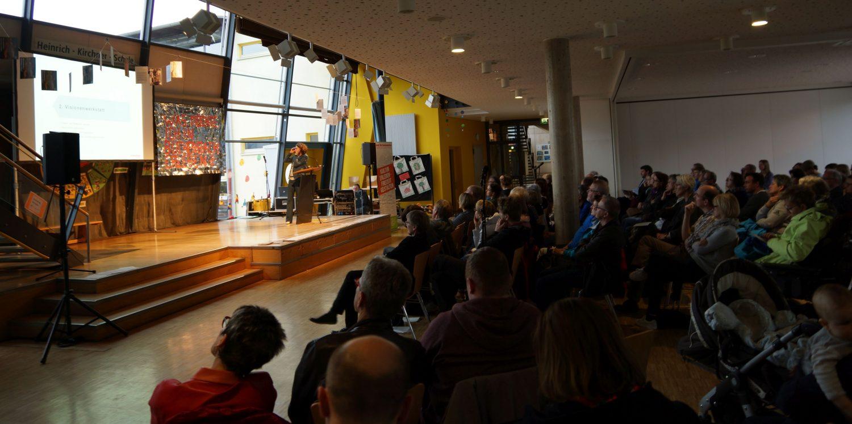 Blick über das volle Plenum und den Vortrag von Susanne Hoffmann