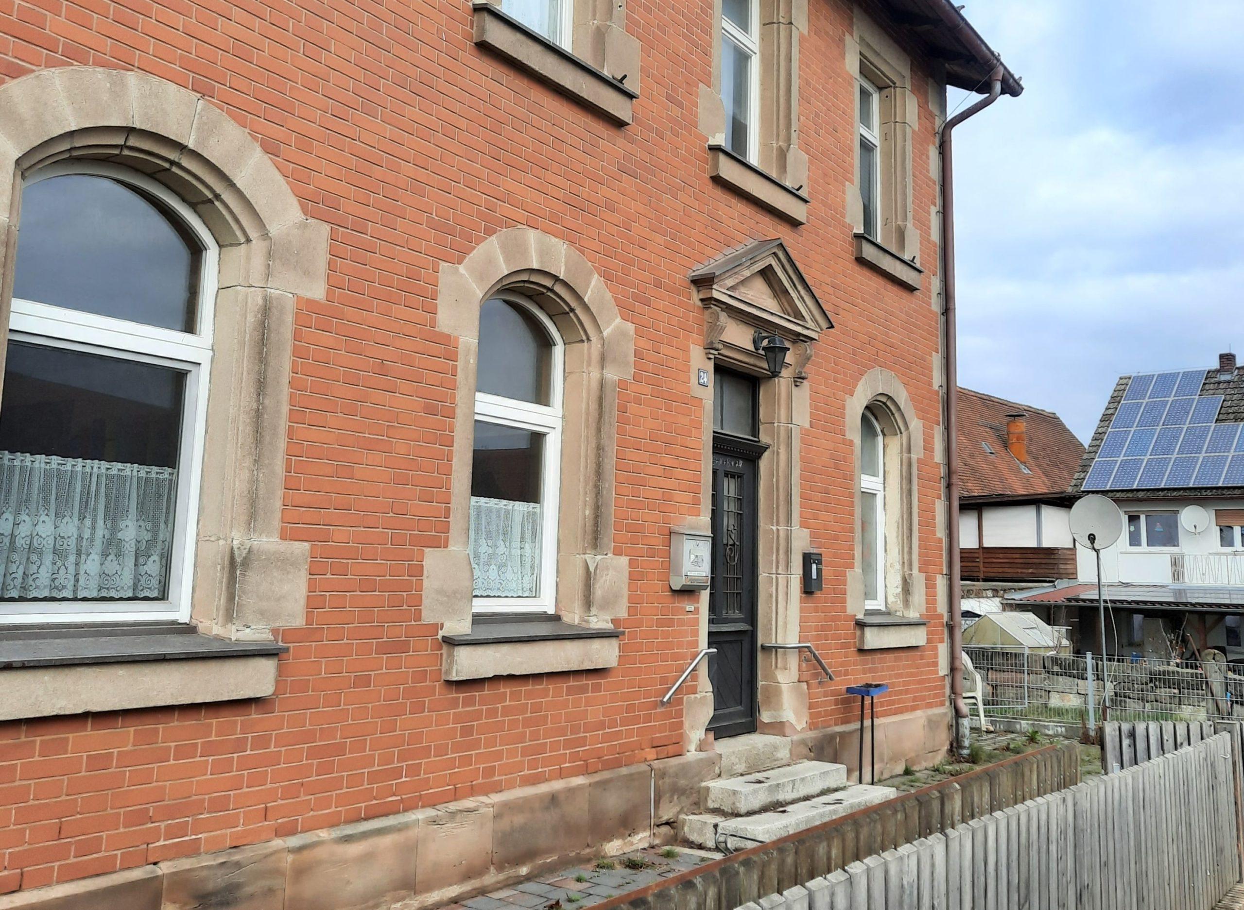 Eingangsbereich Backsteinhaus mit Bogenfenstern